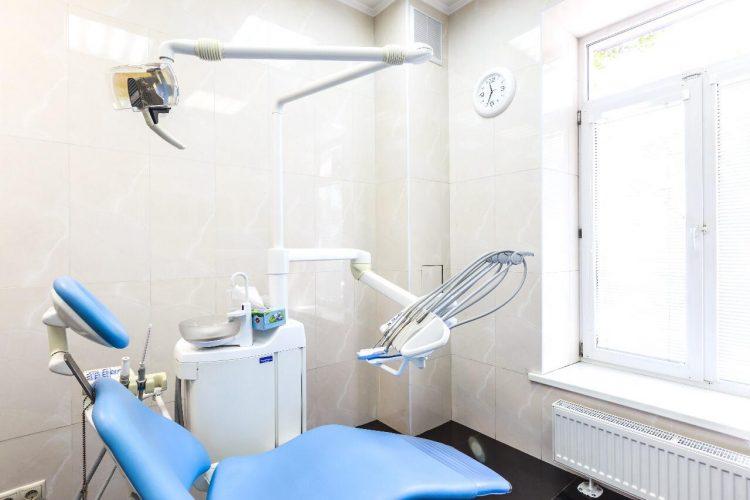 Стоматологическое кресло в кабинете врача