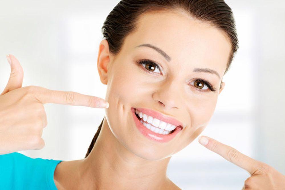 Зубы сияюще белые после завершения процедуры отбеливания